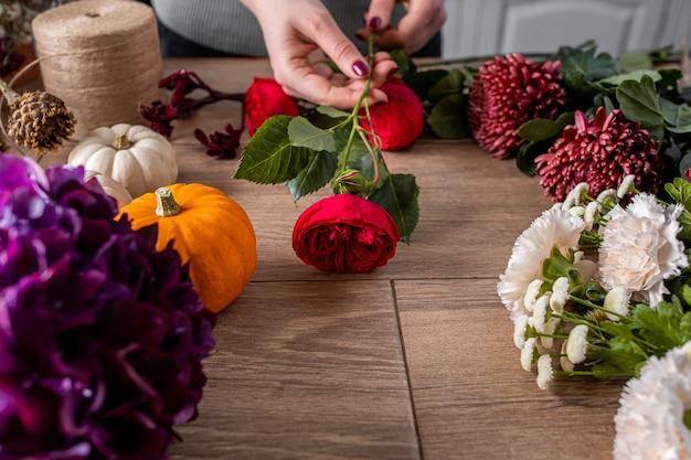 Piccola impresa. flower design studio, con decorazioni e allestimenti. Foto Premium