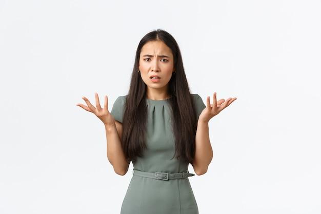 Proprietari di piccole imprese, avvio e lavoro dal concetto di casa. qual è il problema. donna asiatica confusa e infastidita non riesce a capire cosa sia successo, scrolla le spalle e alza le mani sgomenta, aggrottando la fronte perplessa Foto Premium