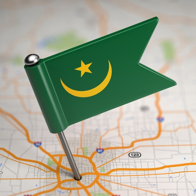 Piccola bandiera della mauritania su uno sfondo di mappa con il fuoco selettivo. Foto Premium