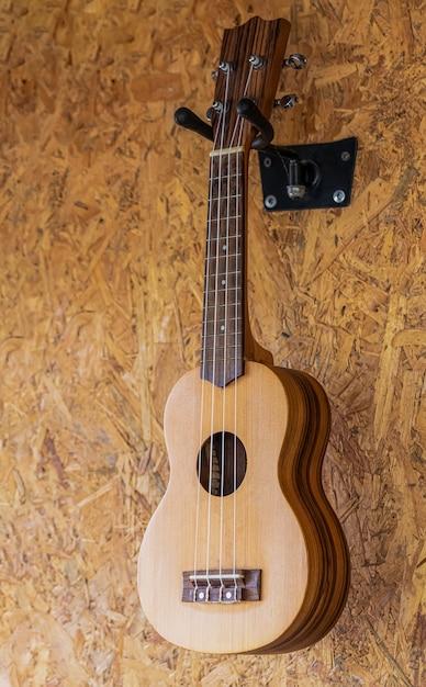 Una piccola chitarra appesa al muro in una caffetteria Foto Premium