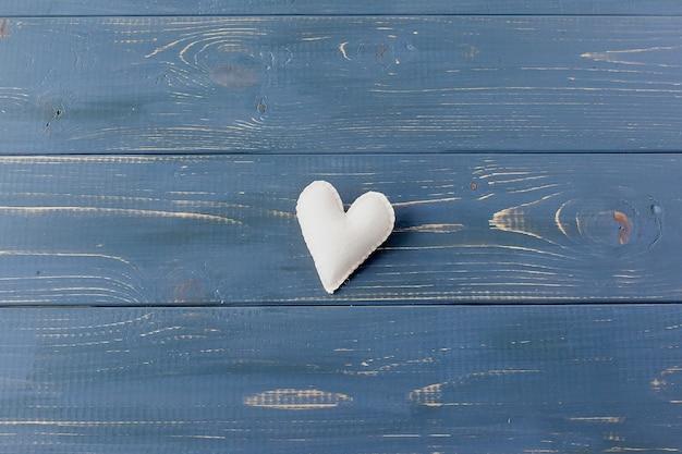 Piccoli cuori su uno sfondo con texture. un segno di amore e felicità. Foto Premium