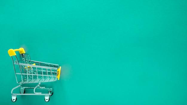 Piccolo carrello su verde con copia spazio Foto Premium