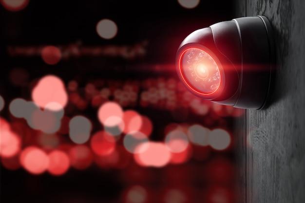 Telecamera cctv intelligente sul muro con luci rosse. Foto Premium
