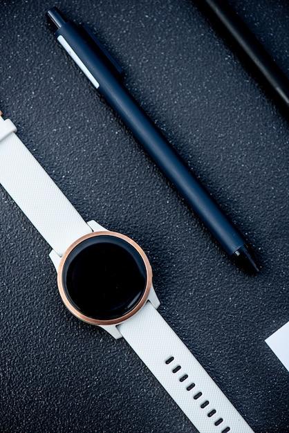 Orologio intelligente e penna intelligente su sfondo nero Foto Premium