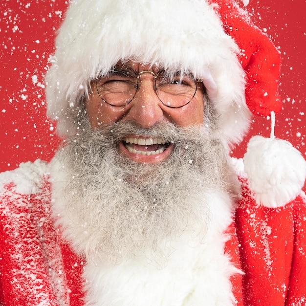 Uomo di smiley in costume della santa con la neve Foto Premium