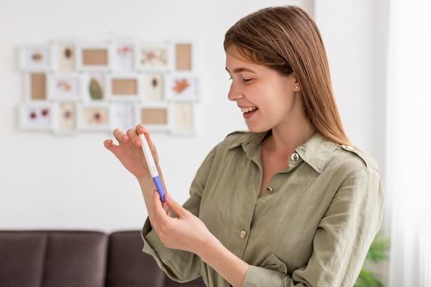 Faccina con test di gravidanza Foto Premium