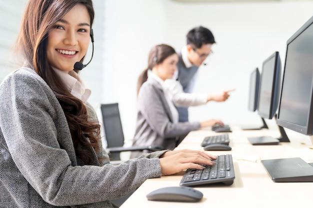 Call center sorridente funzionante Foto Premium
