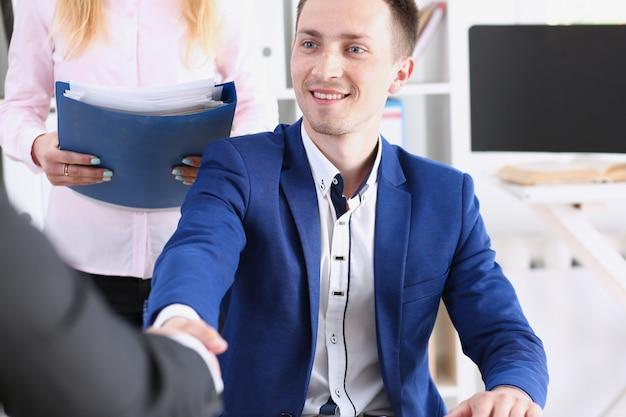 L'uomo e la donna sorridenti si stringono la mano Foto Premium