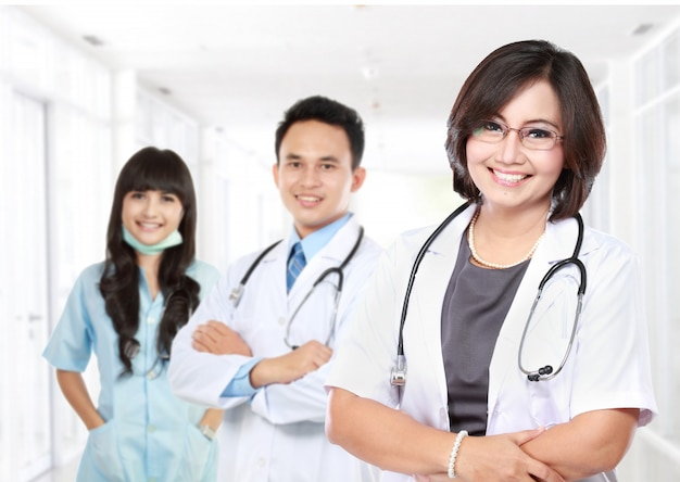 Medico sorridente con stetoscopio Foto Premium