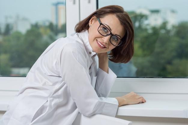 Medico sorridente della donna all'ospedale Foto Premium