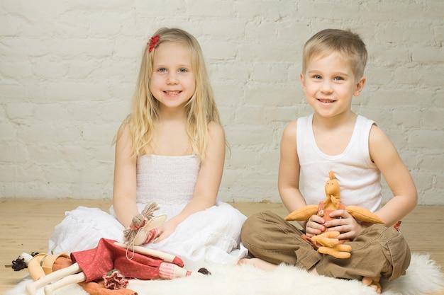 Fratelli germani sorridenti che giocano con gli animali imbalsamati Foto Premium