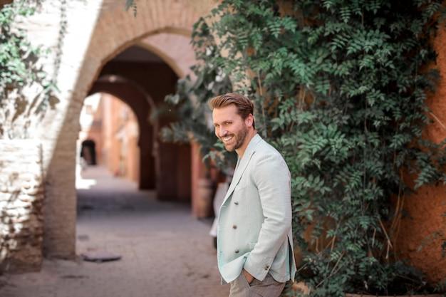 Uomo elegante sorridente Foto Premium