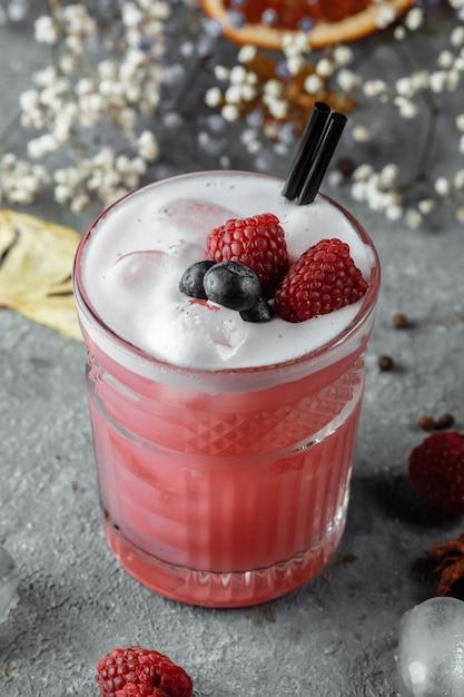 Smoothie a base di lamponi congelati, mirtilli. cocktail con mirtilli e lamponi Foto Premium