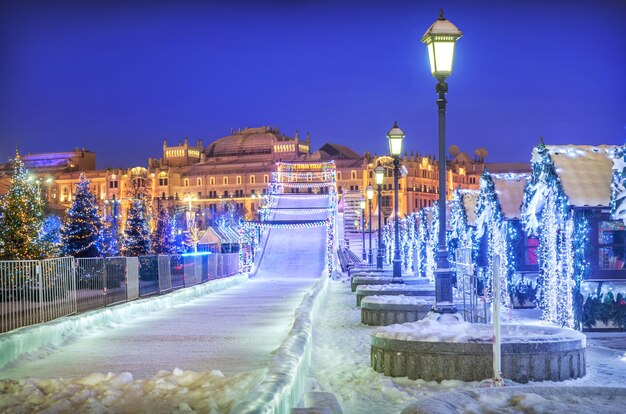 Scivolo di ghiaccio della neve vicino al museo storico di mosca Foto Premium