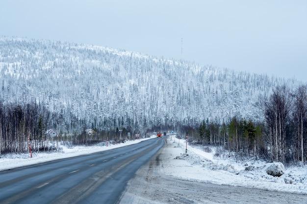 Passo della neve. strada artica invernale attraverso le colline. Foto Premium