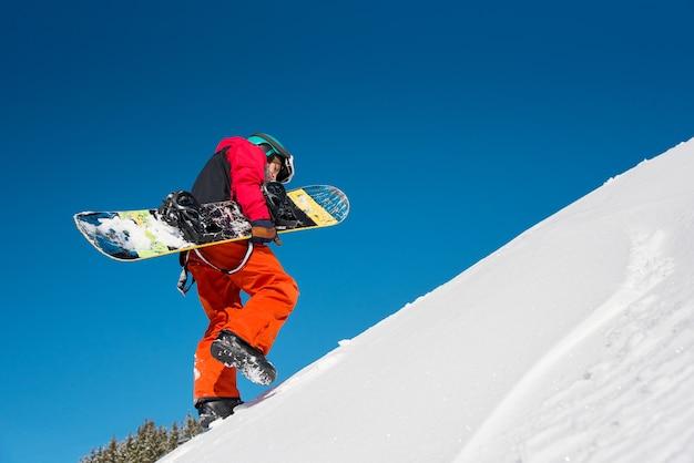 Snowboarder presso il resort in inverno Foto Premium