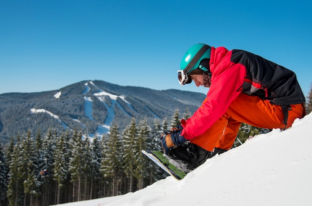 Snowboarder presso la stazione sciistica in inverno Foto Premium