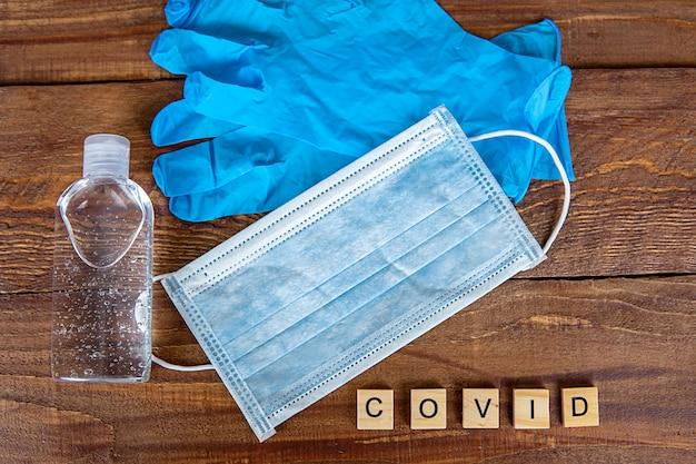Sapone, guanti e maschera concetto covid-19 Foto Premium