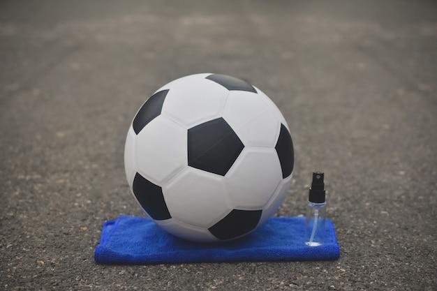 Calcio calcio e spray alcolico per la pulizia del virus corona covid 19, new normal Foto Premium
