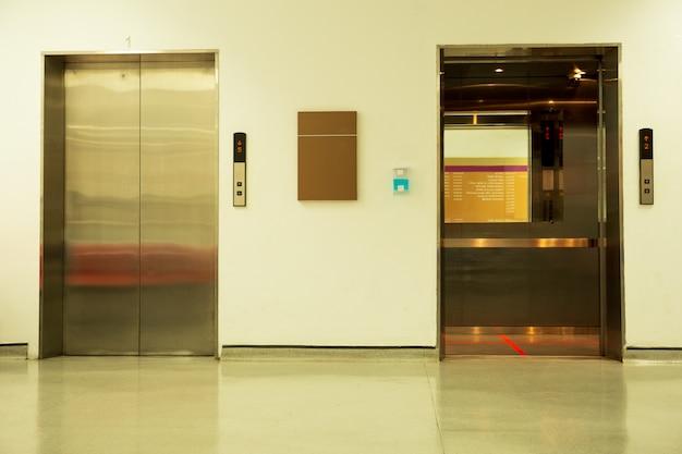 Linea rossa di distanza sociale all'interno di una posizione eretta dell'elevatore per la prevenzione di covid-19. Foto Premium