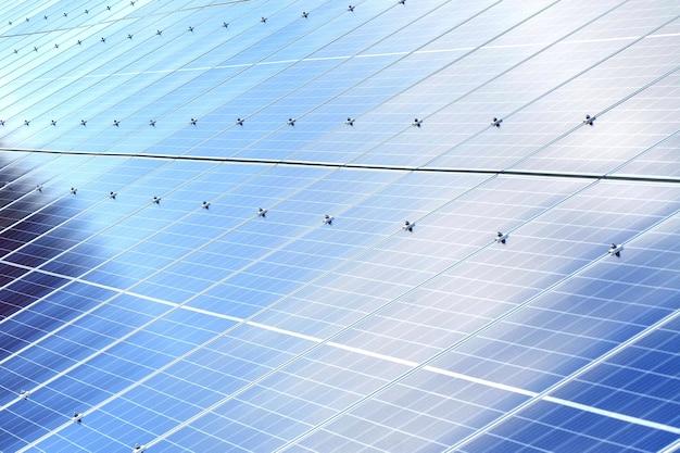 Sfondo di pannelli solari. fonte di energia rinnovabile fotovoltaica Foto Premium