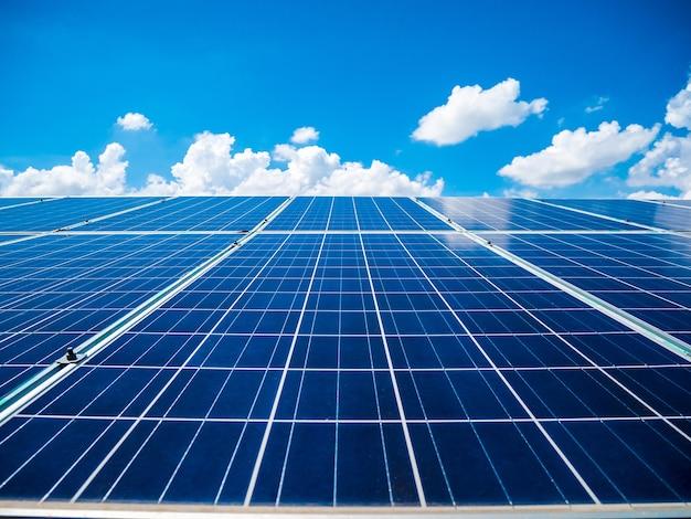 Pannelli solari con cielo azzurro e nuvole, energia solare ecologica, energia verde Foto Premium