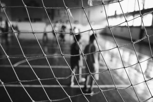 Soligorsk, bielorussia - 10 settembre 2016: i ragazzini, i bambini giocano nel mini-calcio nel palazzetto dello sport al coperto. sport per bambini - stile di vita sano. calciatori del ragazzo di sport Foto Premium