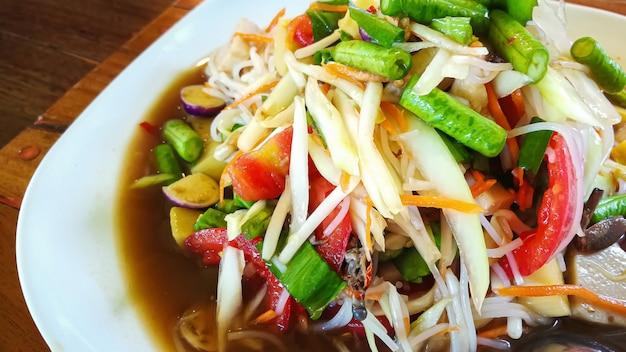 Il somtam o insalata di papaya verde cibo tailandese da vicino l'immagine. Foto Premium