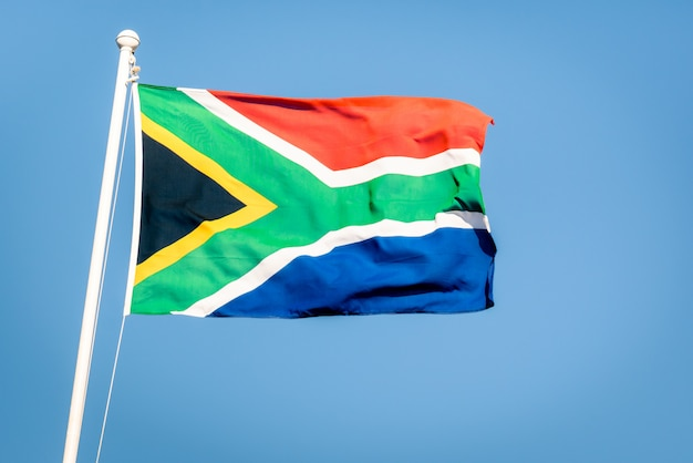 Bandiera sudafricana su un cielo blu Foto Premium