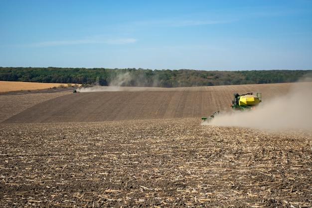 Semina in campo con una moderna macchina. Foto Premium