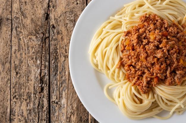 Spaghetti alla bolognese sulla tavola di legno Foto Premium