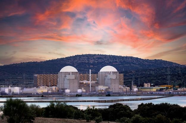 Centrale nucleare spagnola vicino a un fiume con un cielo mozzafiato sullo sfondo Foto Premium