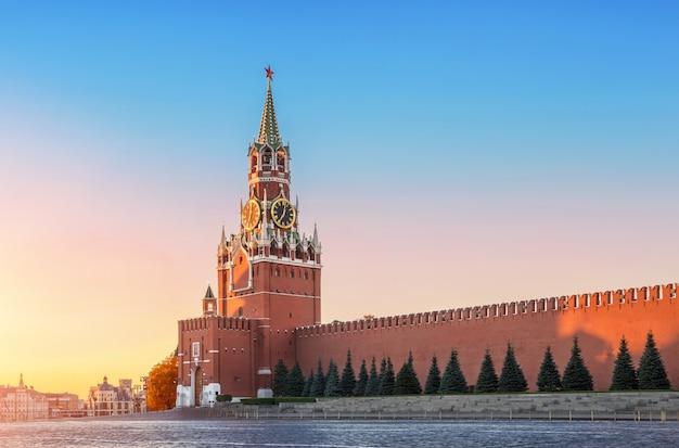 Torre spasskaya a mosca nei primi raggi del sole all'alba Foto Premium