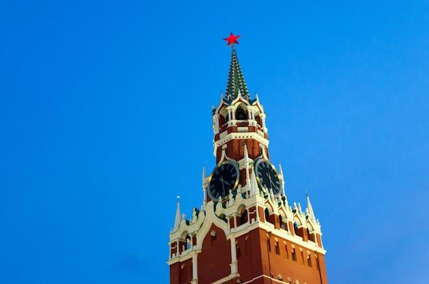 Torre spasskaya del cremlino di mosca con orologi-kurants contro il cielo serale. Foto Premium