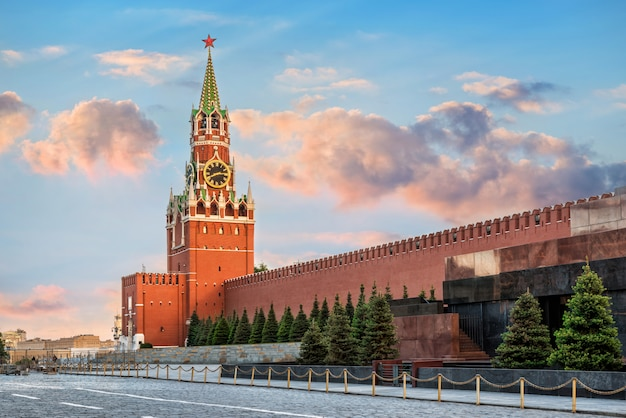 La torre spasskaya del cremlino di mosca Foto Premium