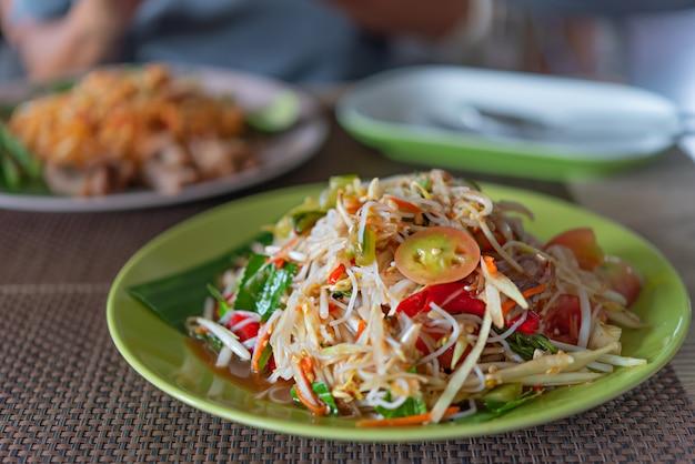 Insalata piccante di papaia con vermicelli di riso Foto Premium