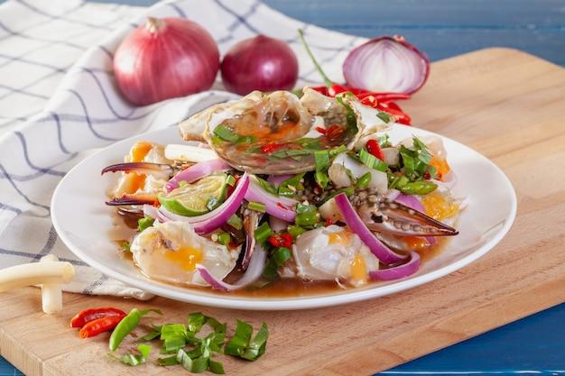 Insalata piccante di granchio blu fresco con verdure tailandesi Foto Premium