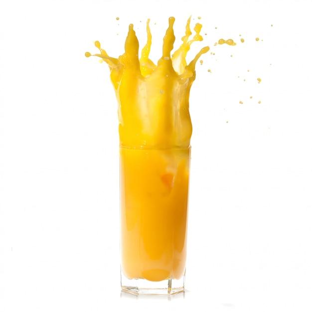 Spruzzata di succo d'arancia su bianco Foto Premium