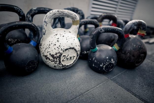 Attrezzature sportive in palestra. kettlebell sul pavimento. allenamento fisico Foto Premium