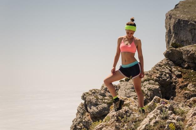 Sport donna viaggiatore sulla cima di una montagna Foto Premium