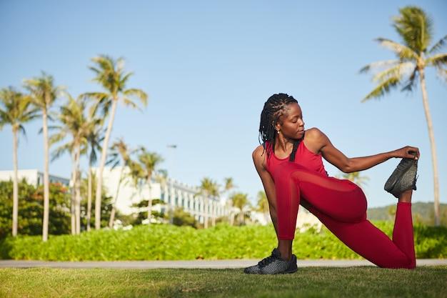 Sportiva che allunga le gambe Foto Premium