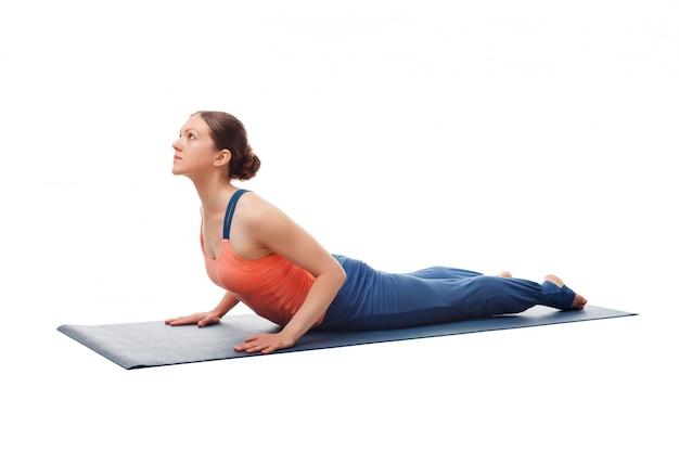 La donna yogini in forma sportiva pratica yoga asana bhujangasana Foto Premium