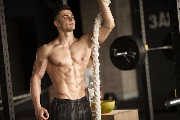 Uomo sportivo con una corda. Foto Premium