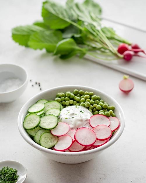 Insalata di primavera con cetrioli e piselli di ravanello Foto Premium