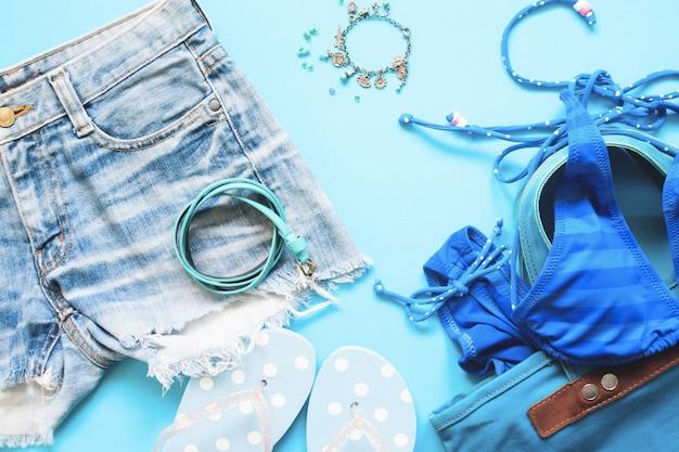 Primavera e estate blu raccolta di accessori ragazza, flat lay su sfondo blu Foto Premium