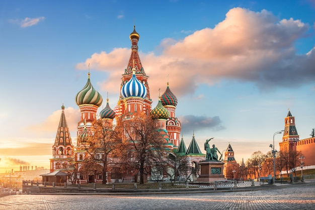 Cattedrale di san basilio sulla piazza rossa di mosca sotto un cielo azzurro con nuvole rosa alla luce del sole del mattino Foto Premium