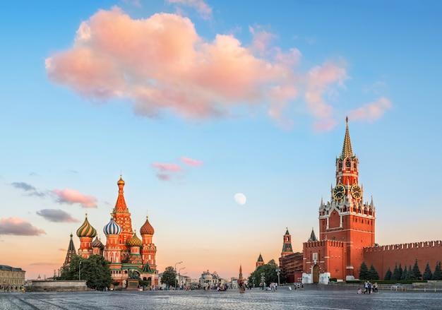 Cattedrale di san basilio sulla piazza rossa di mosca sotto una nuvola rosa Foto Premium