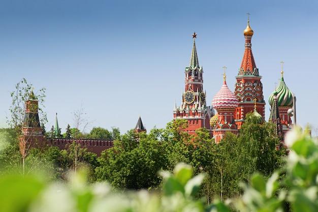 Cattedrale di san basilio e torre spasskaya paesaggio urbano di giorno di estate del cremlino di mosca Foto Premium