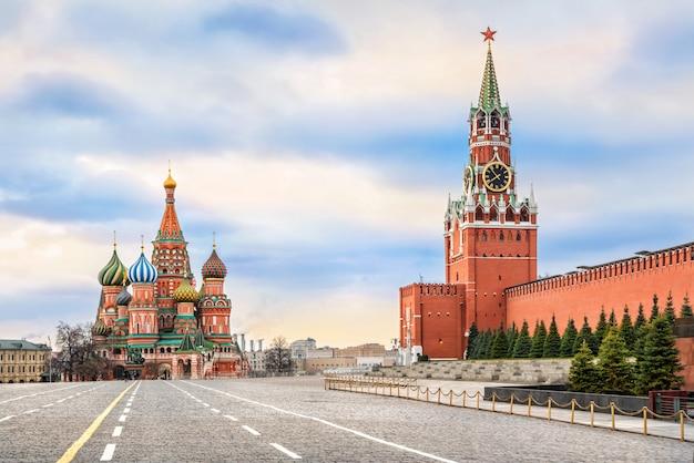 Cattedrale di san basilio e torre spasskaya sulla piazza rossa di mosca Foto Premium