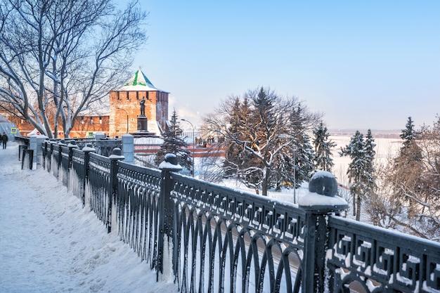 Torre di san giorgio del cremlino di novgorod e monumento di chkalov sull'argine del volga Foto Premium